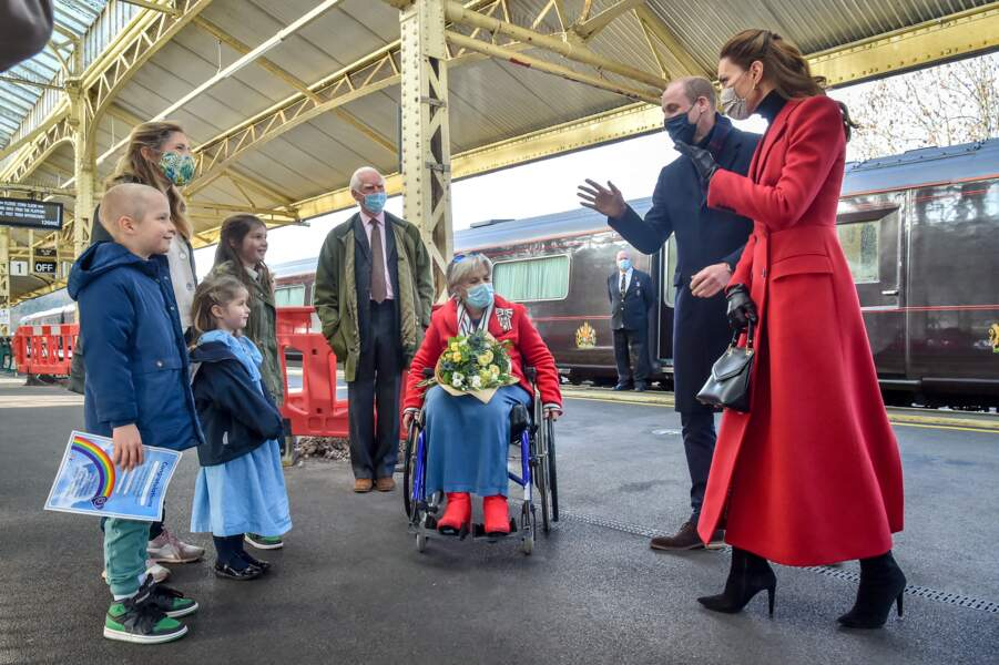 Kate Middleton et le prince William, duc de Cambridge, arrivent à la gare de Bath, avant de se rendre dans un centre de soins pour rendre hommage aux efforts du personnel tout au long de la pandémie de COVID-19, au 3ème jour de leur déplacement au Pays de Galles, le 8 décembre 2020