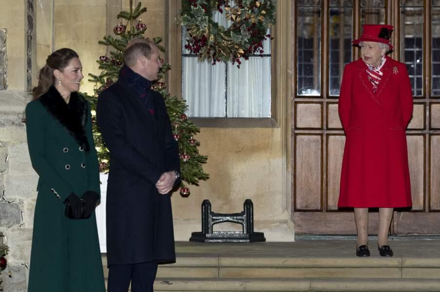 Kate Middleton, le prince William et la reine Elizabeth II devant le château de Windsor pour remercier les membres de l'Armée du Salut et tous les bénévoles qui apportent leur soutien pendant l'épidémie de coronavirus et à Noël, le 8 décembre 2020