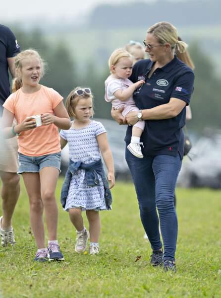 """Zara Tindall et sa deuxième fille Lena pendant le """"Festival of British Eventing 2019"""" dans le parc Gatcombe, à Gloucestershire, Royaume Uni, le 4 août 2019."""