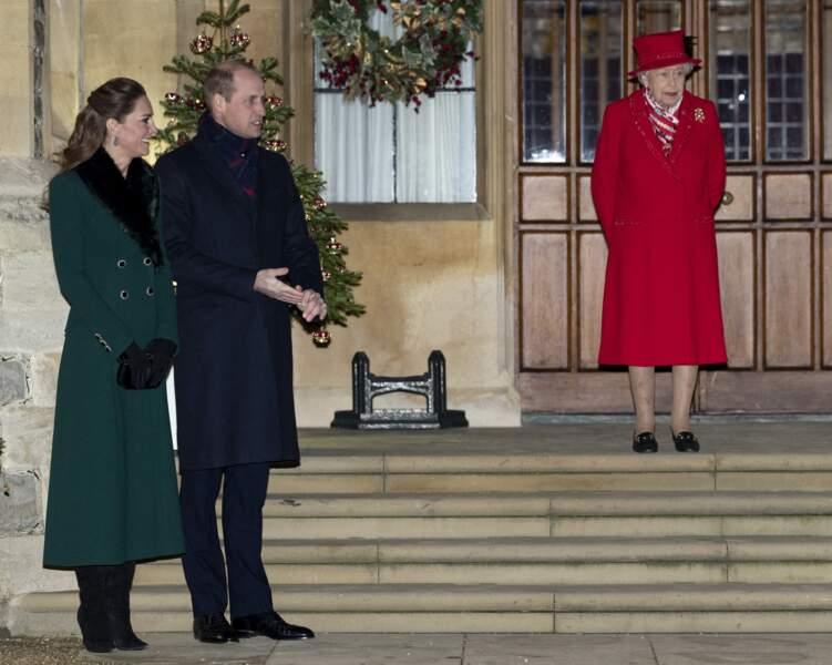 Les époux de Cambridge et la reine Elizabeth II devant le château de Windsor pour remercier les membres de l'Armée du Salut et tous les bénévoles qui apportent leur soutien pendant l'épidémie de coronavirus et à Noël, le 8 décembre 2020