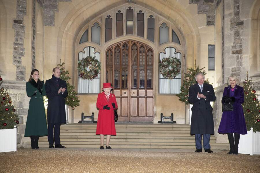 Kate Middleton, le prince William, la reine Elizabeth II, le prince Charles et Camilla Parker Bowles devant le château de Windsor pour remercier les membres de l'Armée du Salut et tous les bénévoles qui apportent leur soutien pendant l'épidémie de coronavirus et à Noël, le 8 décembre 2020.