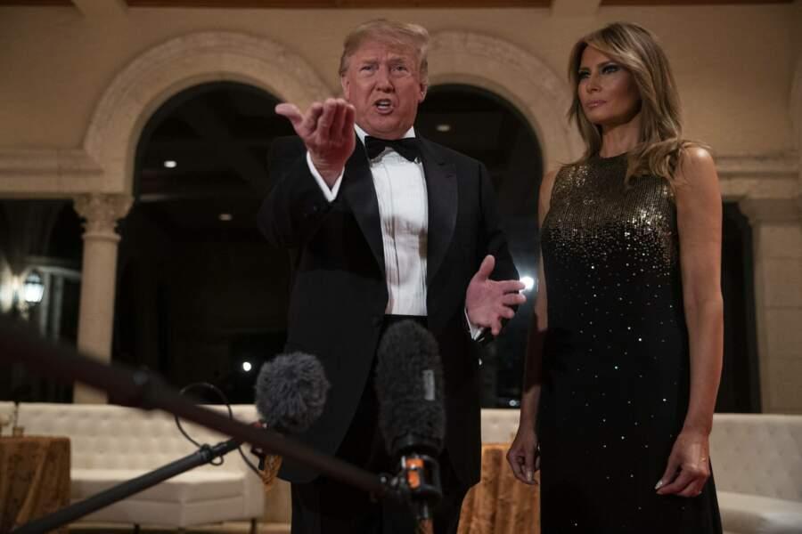 Avant de célébrer les fêtes de fin d'année, Donald Trump parle avec des reporters.