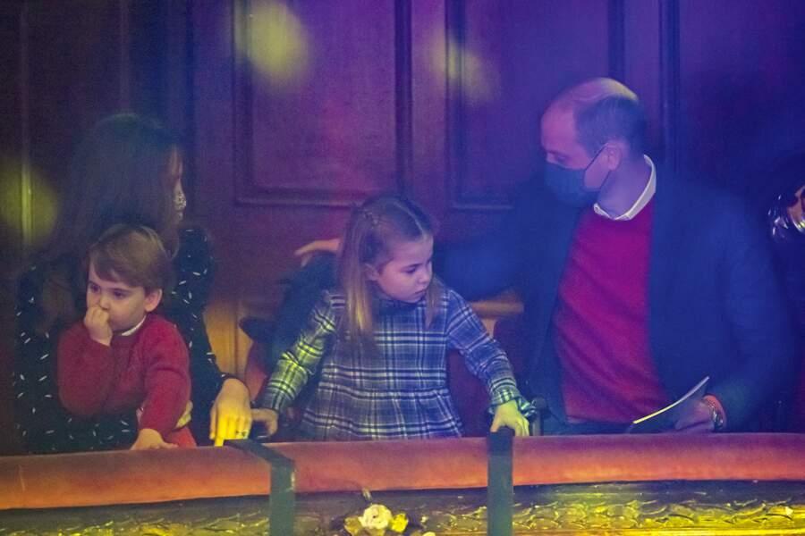 La princesse Charlotte et le prince Louis entre leurs parents, le prince William et Kate Middleton au London Palladium
