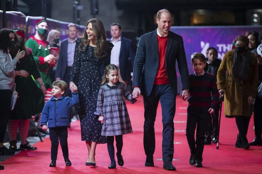 Le prince William et Kate Middleton arrivent avec leurs enfants le prince George, la princesse Charlotte et le prince Louis au London Palladium