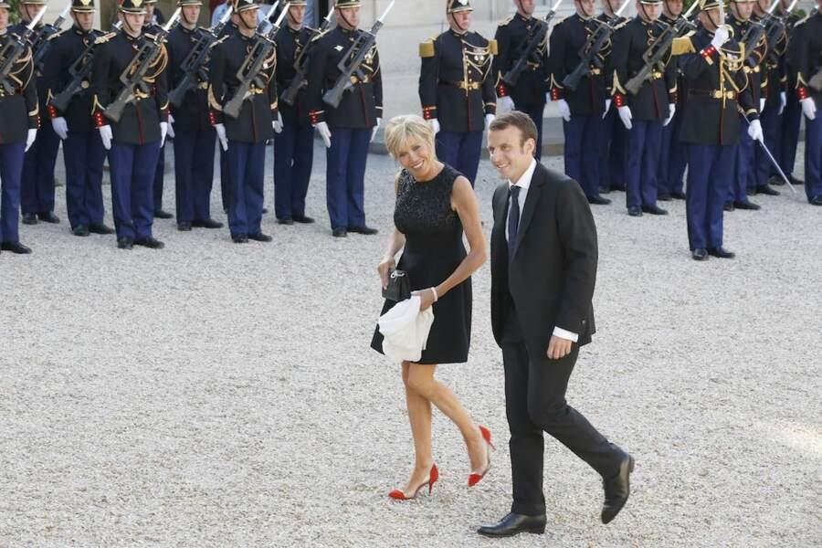 Tout sourire, Brigitte et Emmanuel Macron arrivaient sur le parvis de l'Élysée en 2015
