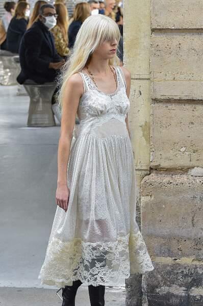 Le blond polaire, une coloration très affirmée comme sur le défilé printemps-été 2021 Paco Rabanne