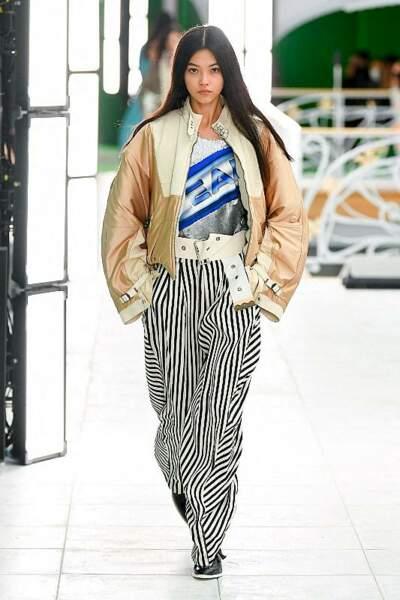 Cheveux bruns et longs, vous aurez tout bon cet été comme sur le défilé printemps-été 2021 Louis Vuitton