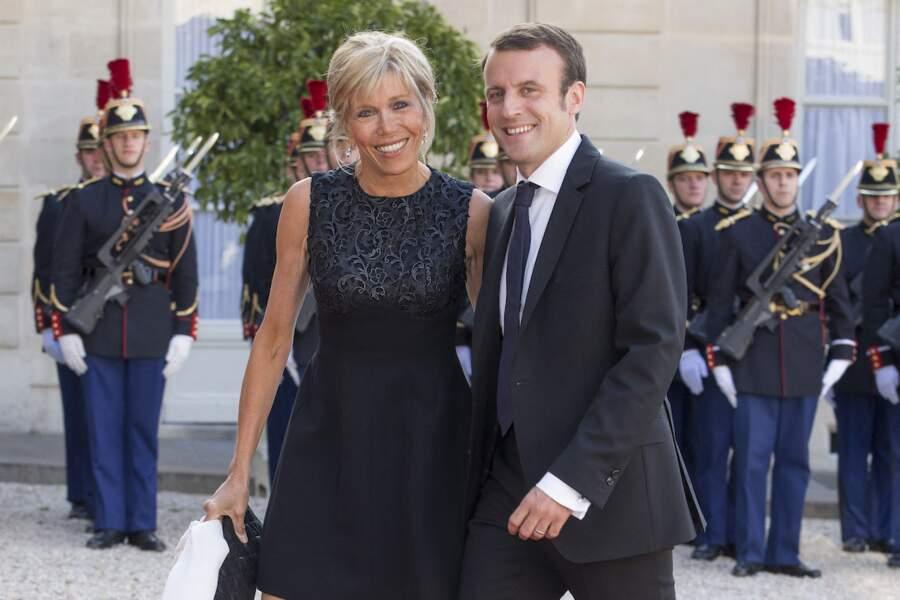 Dans une très chic robe noire, Brigitte Macron s'est rendue aux côtés de son mari Emmanuel Macron à un diner organisé par l'Elysée en 2015