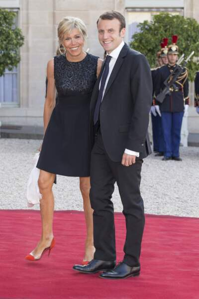 Emmanuel et Brigitte Macron prenaient la pose devant les photographes au palais de l'Elysée en 2015