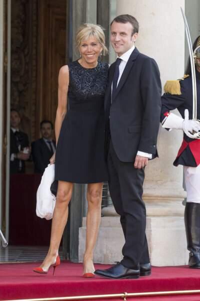 Sur le perron de l'Elysée, Emmanuel et Brigitte Macron se rendaient à diner organisé en l'honneur du couple royal espagnol