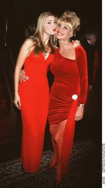 Ivanka Trump accompagne sa mère, Ivana à une soirée en février 1998.