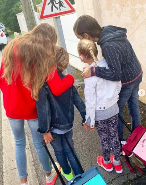 Les quatre enfants de Elodie Gossuin et Bertrand Lacherie en route vers l'école.