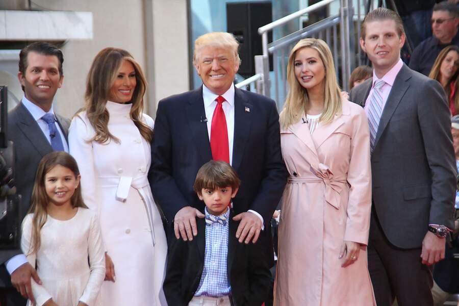 Ivanka Trump, avec sa famille, lors de la campagne présidentielle en avril 2016. De gauche à droite : Donald Trump Jr, Melania Trump, Donald Trump, Ivanka Trump elle-même et Eric Trump.