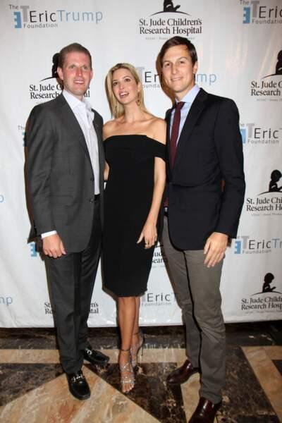 Ivanka Trump, avec son frère cadet, Eric, et son mari, Jared Kushner, lors du 8ème tournoi de golf annuel Eric Trump à New York, le 15 septembre 2014.