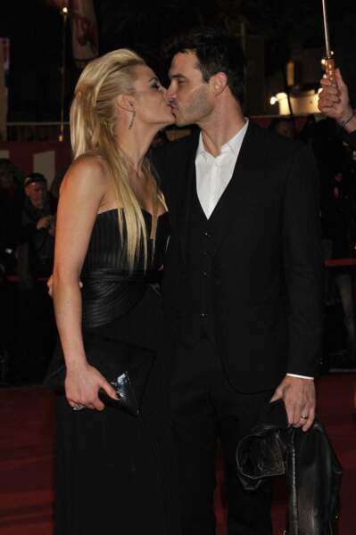 Elodie Gossuin et Bertrand Lacherie s'embrassent tendrement aux NRJ Music Awards à Cannes en 2012.