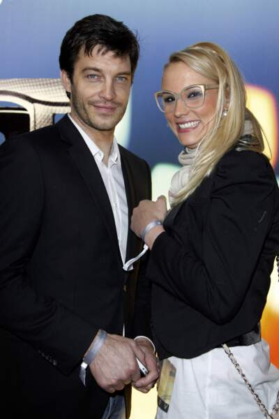Elodie Gossuin et son mari Bertrand Lacherie tout sourire devant les photographes en 2013.