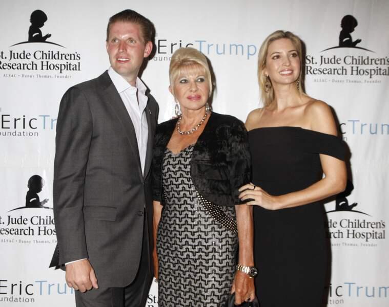 Ivanka Trump, avec sa mère Ivana et son frère cadet, Eric, lors du 8ème tournoi de golf annuel Eric Trump à New York, le 15 septembre 2014.