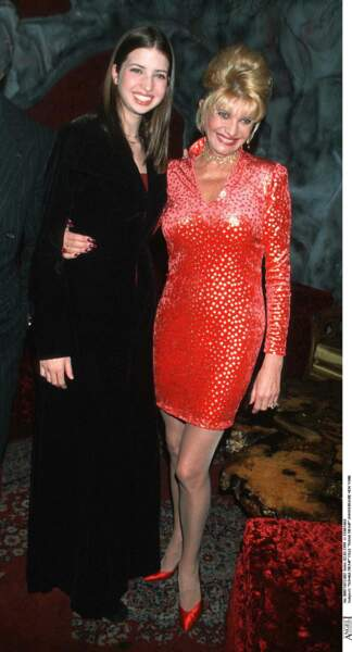 Ivanka Trump avec sa mère, Ivana, en février 1999.