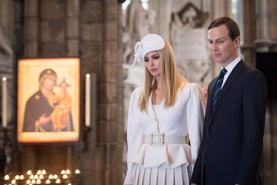 Ivanka Trump et son mari Jared Kushner sur la tombe du soldat inconnu, dans l'abbaye de Westminster à Londres, le 3 juin 2019.