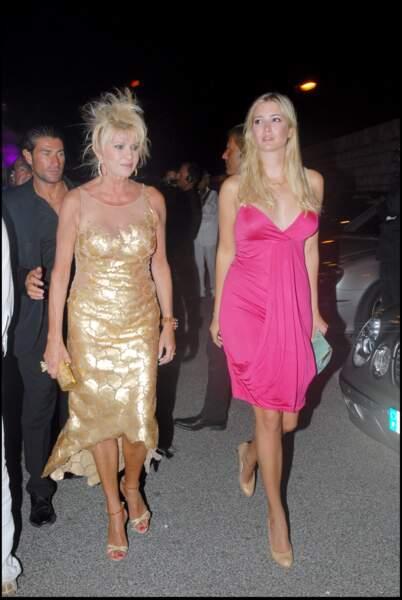 Fantasque, Ivana Trump a souvent emmené sa fille, Ivanka, en soirée, comme ici, à bord 'un yacht, à Saint-Tropez, en août 2006.