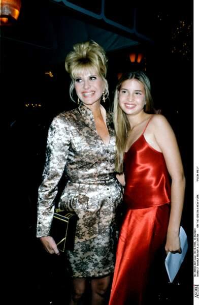 Encore adolescente, Ivanka Trump accompagne sa mère, Ivana, à des soirées, comme ici, en juillet 1995.