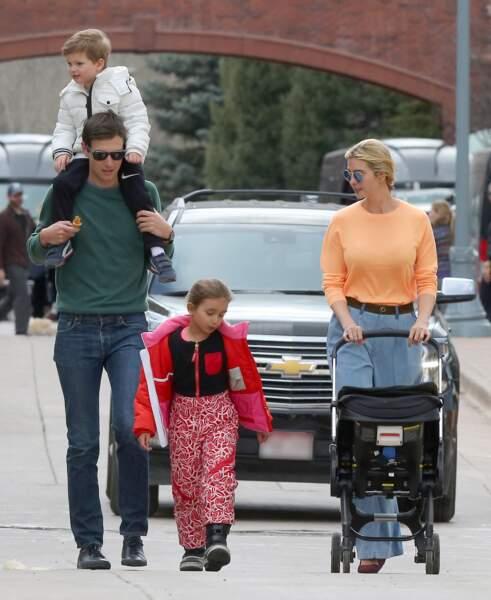 Ivanka Trump et son mari Jared Kushner se baladent avec leurs enfants Arabella, Joseph, Theodore Kushner, dans les rues d'Aspen dans le Colorado, le 20 mars 2017.