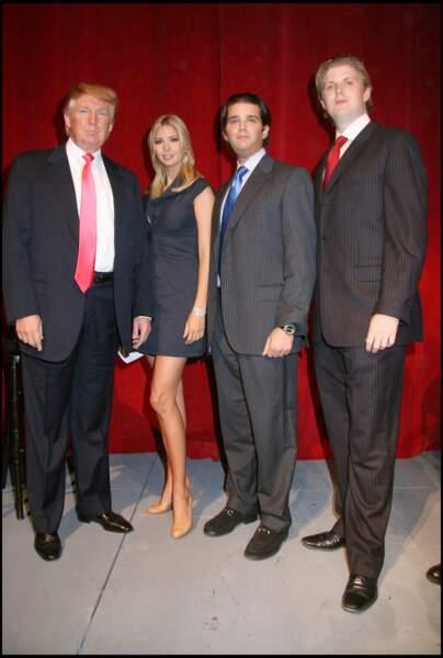 Ivanka Trump, entourée de son père, Donald Trump, et de ses frères, Donald Jr. et Eric Trump, lors d'une conférence de presse annonçant l'ouverture d'un complexe hôtelier à New York, en septembre 2007.