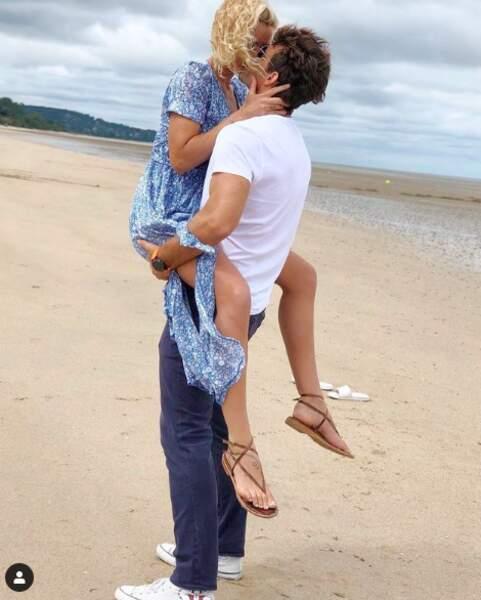 Bertrand Lacherie et Elodie Gossuin fous amoureux et seuls au monde sur une plage en août 2020.