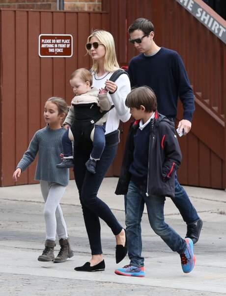 Ivanka Trump et son mari Jared Kushner font du shopping avec leurs enfants Arabella, Joseph et Theodore à Aspen, dans le Colorado, le 22 mars 2017.