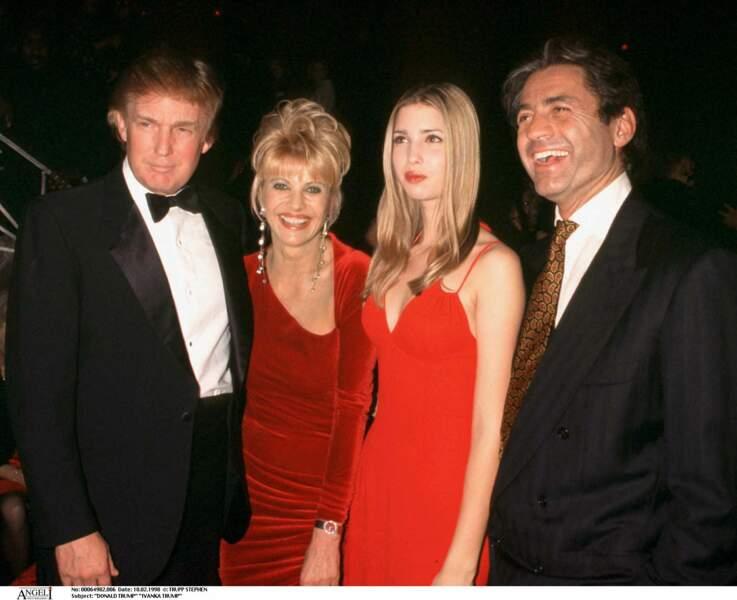Ivanka Trump, avec son père, Donald, sa mère, Ivana et son beau-père, Roffredo Gaetini, en février 1998.