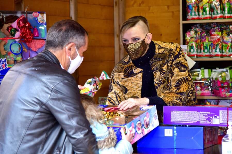 Tout d'or vêtue, la princesse Charlène de Monaco a participé à une distribution de jouets coiffée de sa nouvelle coupe
