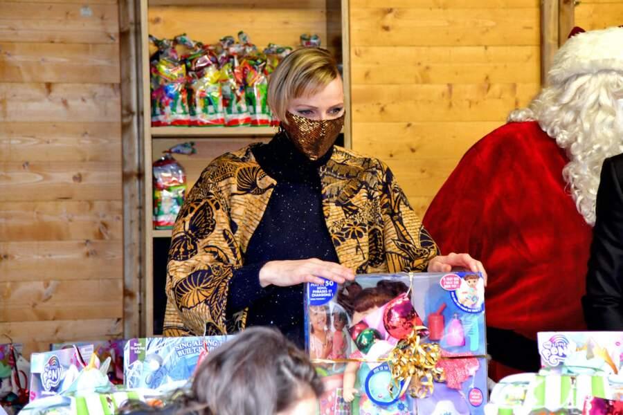 La princesse Charlène de Monaco, avec sa nouvelle coupe de cheveux, lors d'une distribution de jouets