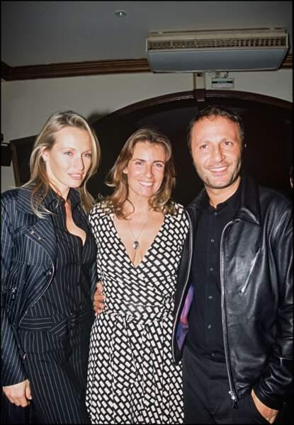 Estelle Lefébure et son mari Arthur, avec la réalisatrice Lisa Azuelos, le 20 octobre 2004.