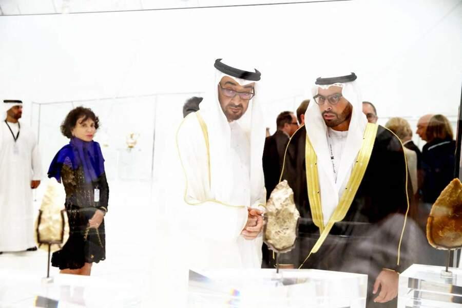 Enfin, Juan Carlos d'Espagne est soutenu par l'émir Khalifa ben Zayed Al Nahyane, qui lui a ouvert les portes de son hôtel, Corinna Larsen