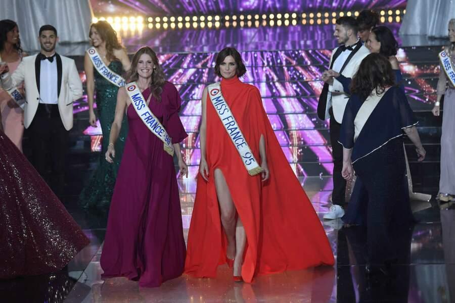 Sophie Thalmann et Mélodie Vibert lors du défilé d'ouverture de Miss France 2021