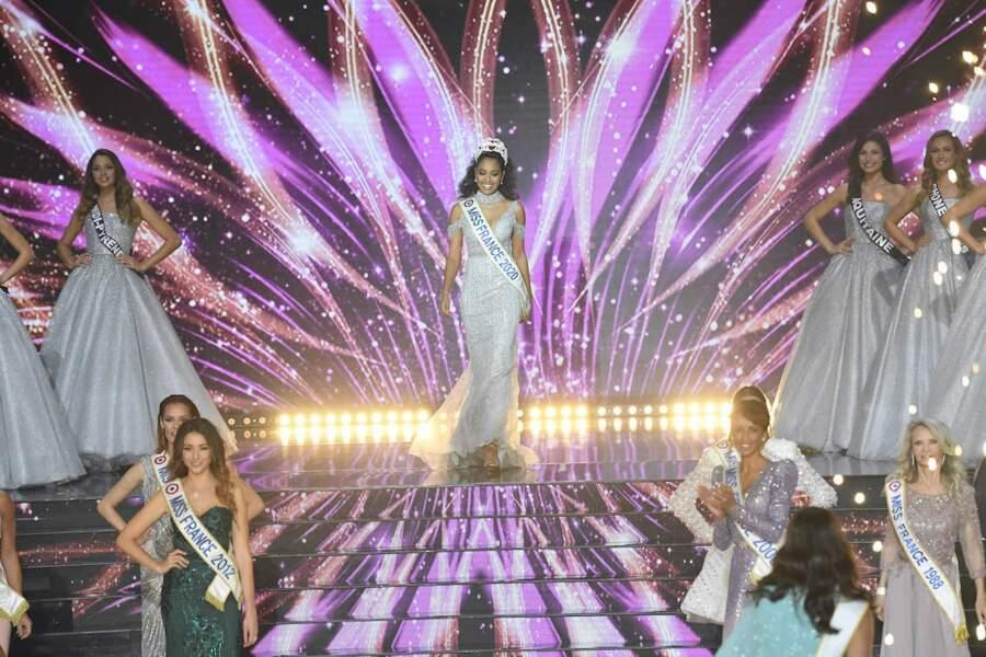 Clémence Botino, Miss France 2020 arrive sur la scène du Puy du fou lors de l'élection de Miss France 2021