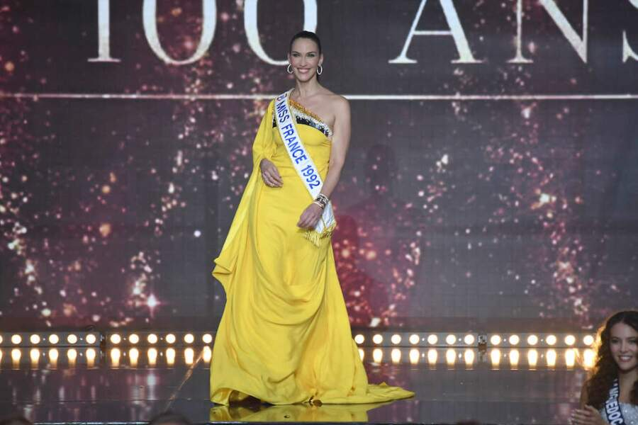 Linda Hardy, rayonnante dans une robe jaune lors de l'élection de Miss France 2021