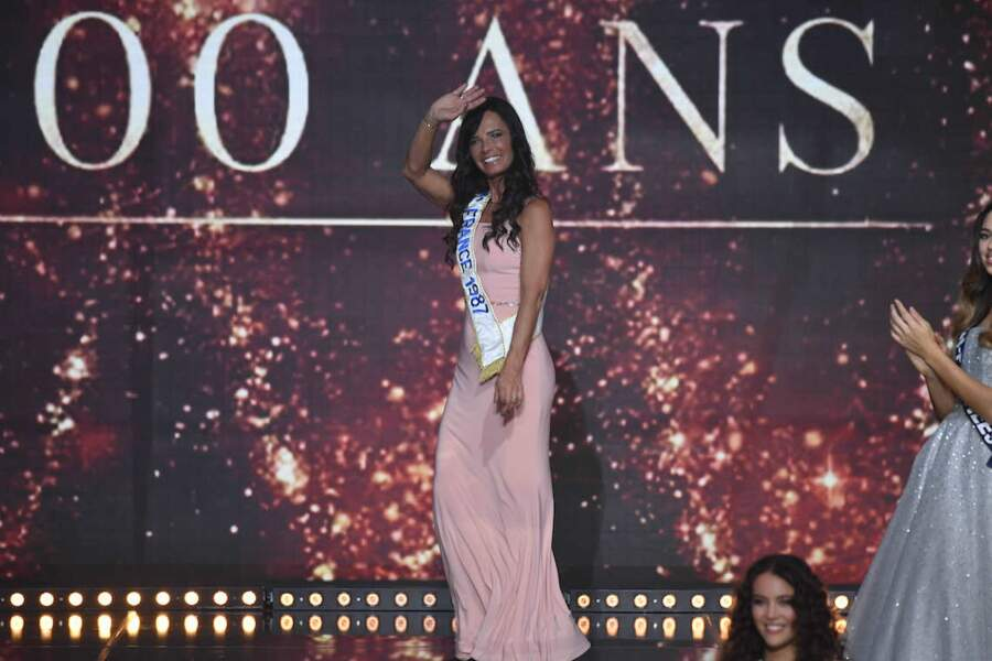 Nathalie Marquay salue les téléspectateur de l'élection de Miss France 2021