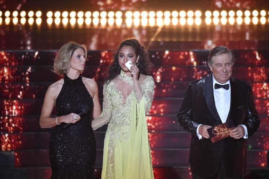 Sylvie Tellier, Jean-Pierre Foucault et Miss France 2020 Clémence Botino émue aux larmes sur la scène du Puy du Fou lors de l'élection de Miss France 2021