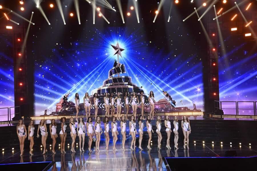 Les candidates en maillot de bain sur la scène du Puy du Fou lors de l'élection de Miss France 2021