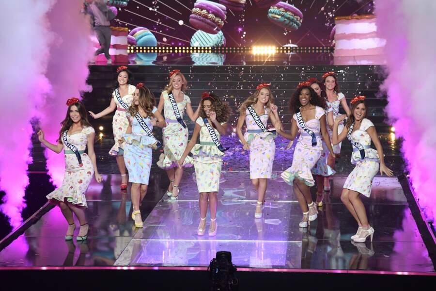 Les candidates s'ambiancent sur la scène du Puy du Fou lors de l'élection de Miss France 2021