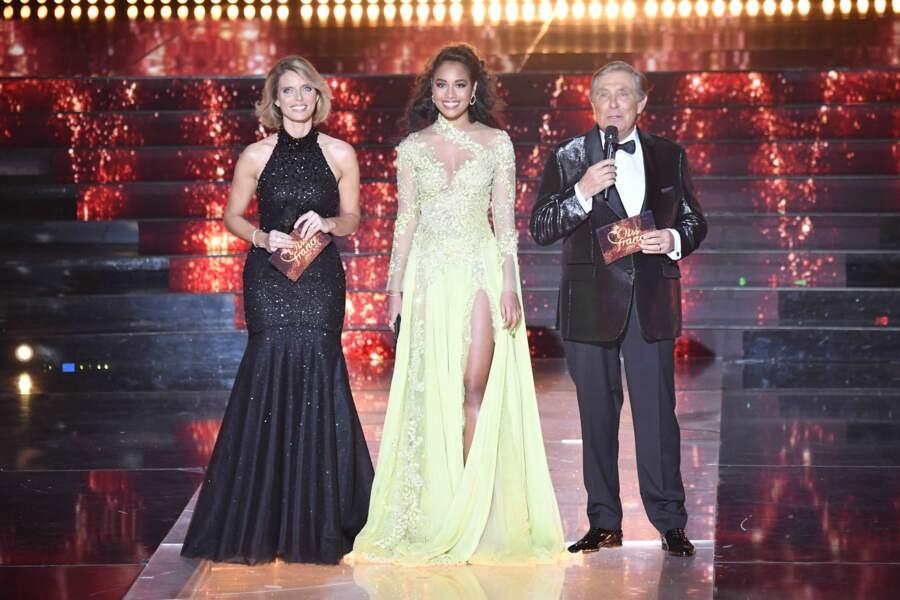 Sylvie Tellier, Jean-Pierre Foucault et Miss France 2020 Clémence Botino sur la scène du Puy du Fou lors de l'élection de Miss France 2021