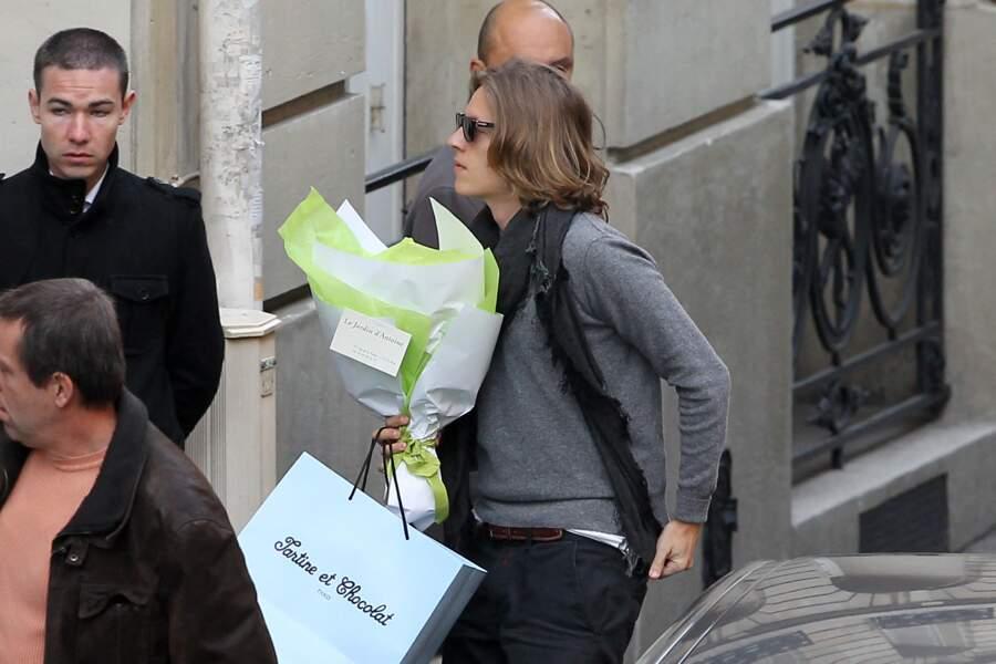 Pierre Sarkozy arrive à la maternité les bras chargés de cadeaux pour féliciter Carla Bruni après la naissance de Giulia.