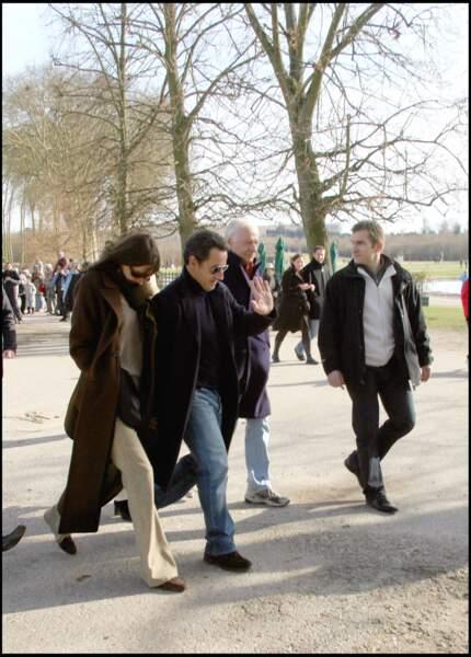 Carla Bruni en compagnie de son mari Nicolas Sarkozy et de son père Maurizio Remmert aux alentours de La Lanterne à Versailles.