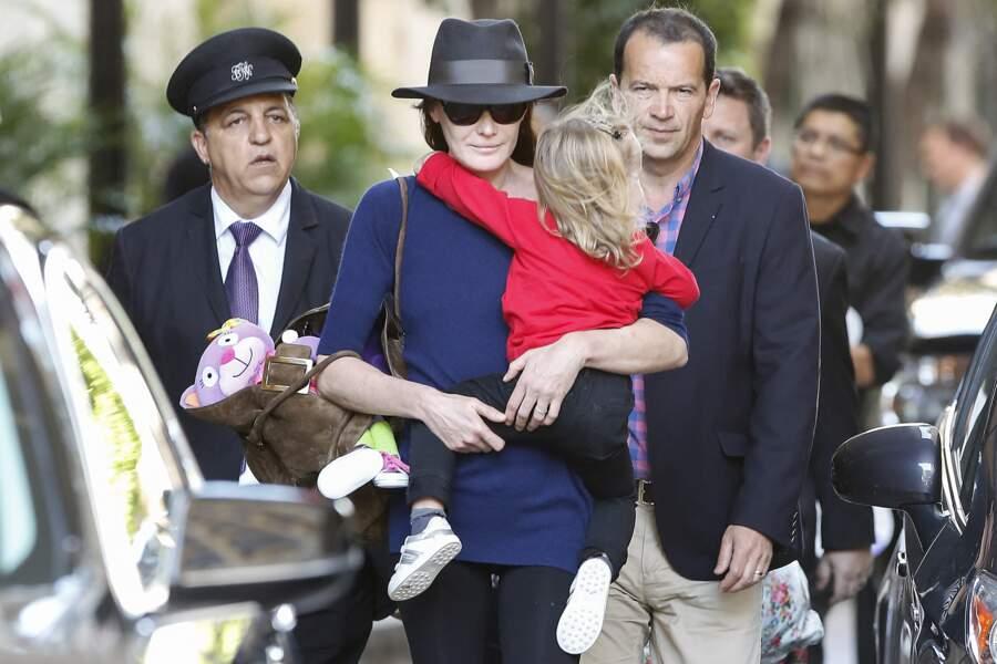 Carla Bruni Sarkozy très fusionnelle avec sa fille Giulia à Los Angeles en 2014.