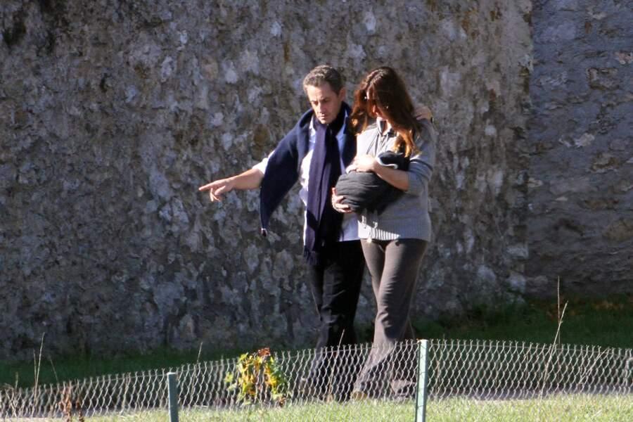 Nicolas Sarkozy et Carla Bruni avec leur fille Giulia peu après sa naissance.