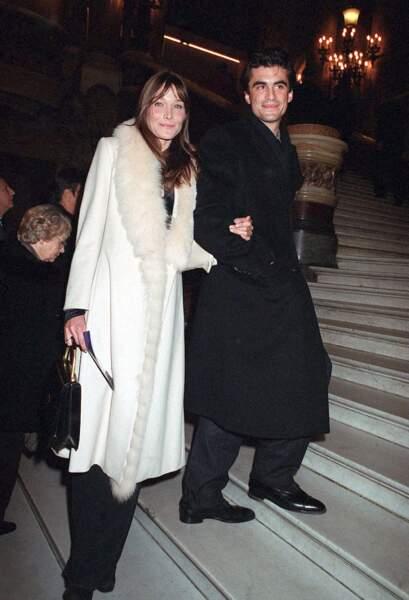 À l'aube de l'an 2000, Carla Bruni tombe sous le charme de Raphaël Enthoven