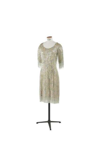 Robe courte entièrement brodée de franges de perles, Yves Saint Laurent, collection haute couture printemps-été 1969. Estimation 3000-5000 €.