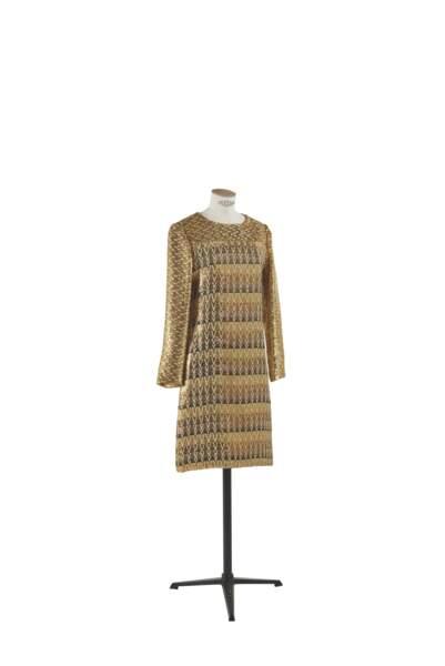 Robe de cocktail brodée de fils métalliques d'or et d'argent, Yves Saint Laurent, Yves Saint Laurent haute couture. Estimation : 2000-3000 €.