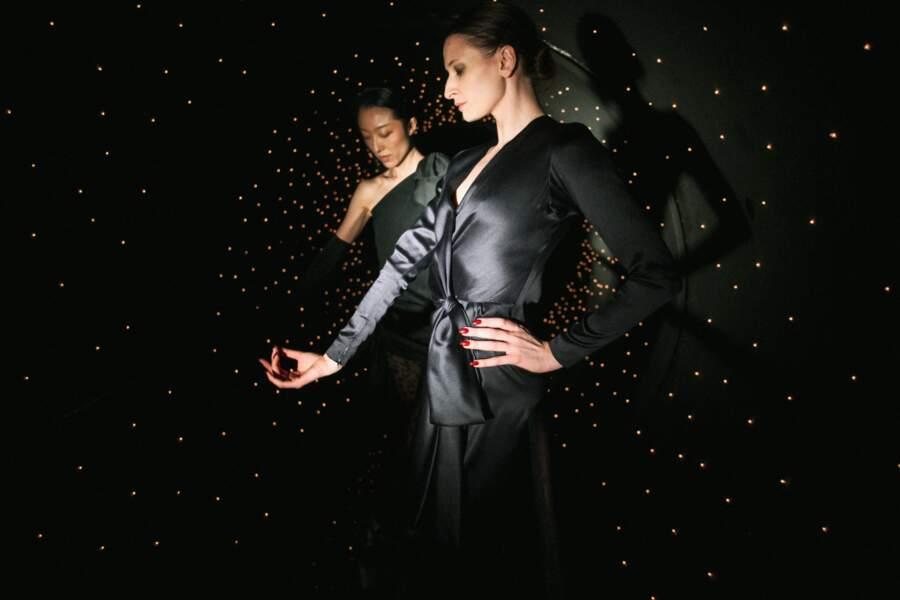 Sont mis en vente chez Christie's, les blouses et robe satinées de Zizi Jeanmaire aux estimations démarrant à 100 €.
